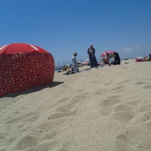 vendedor ambulante marroquí y su familia en la playa de Premià de Mar