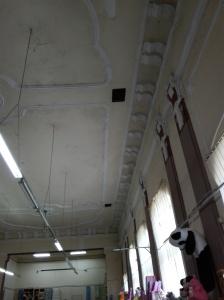 el techo de un antiguo edificio art déco de Zrenjanin es hoy un bazar chino. El panda colgado mola mogollón